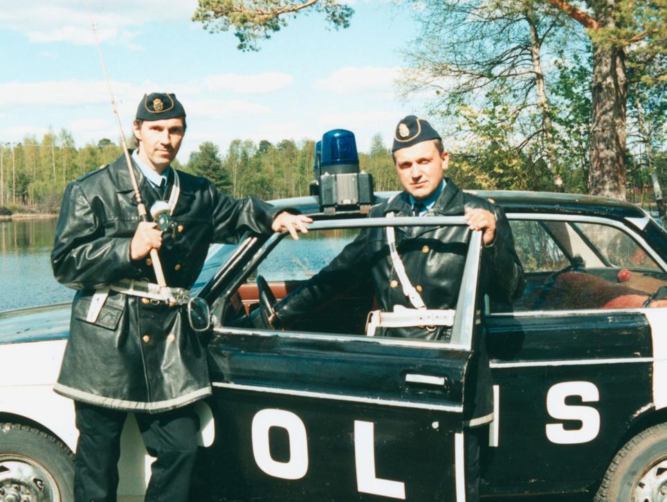 Poliserna Manne (Anders Wesström) och Tore (Bosse Wallin) poserar mellan tagningarna