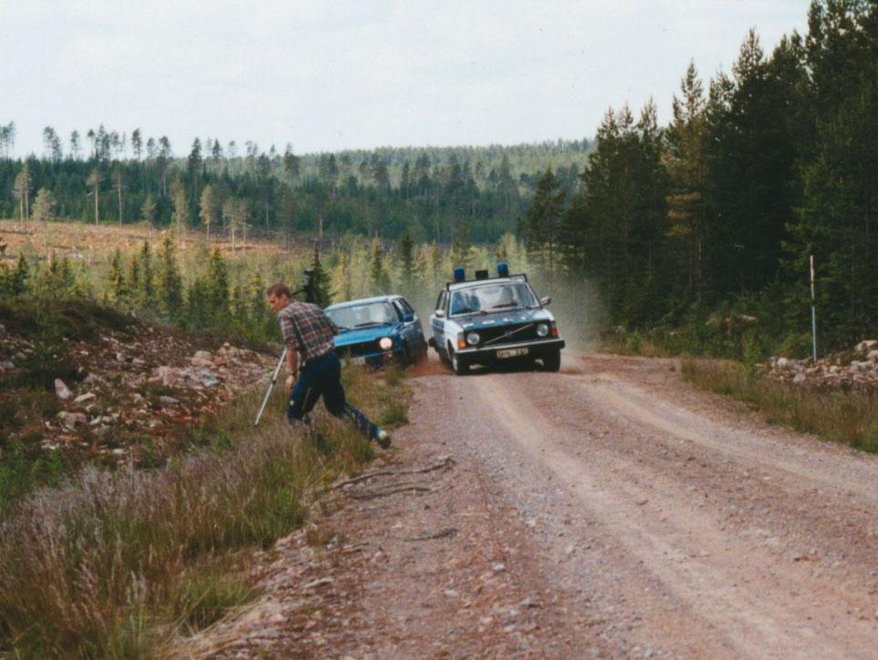 Fotograf Niklas Masser får lägga benen på ryggen när biljakten spårar ur