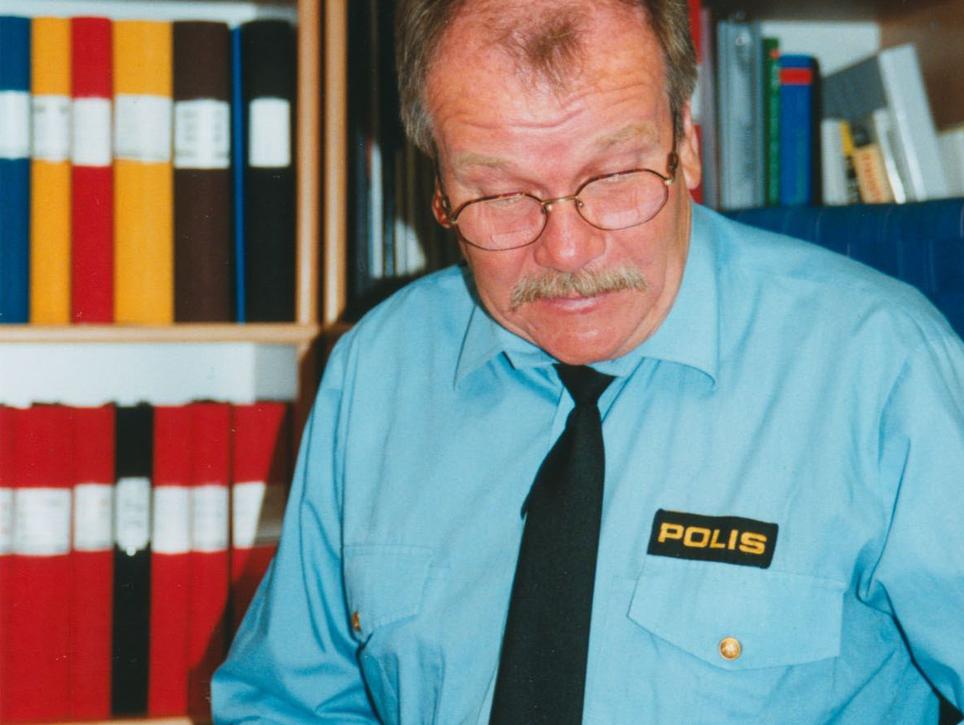 Polischef Clark Olofsson (Leif Gustafsson) har fullt upp med både brottslingar och den egna personalen