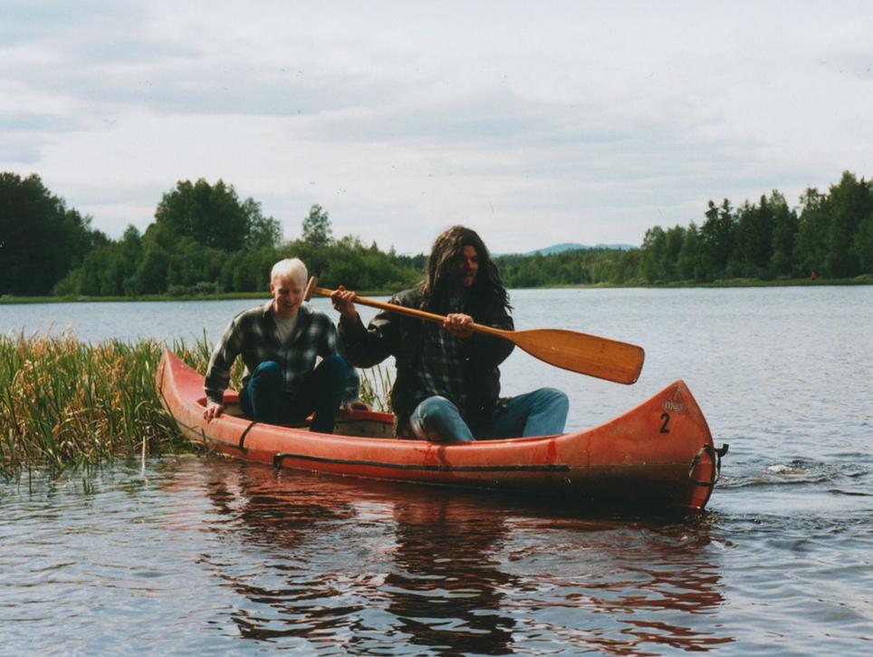 Conny och Stripe flyr i finnens kanot